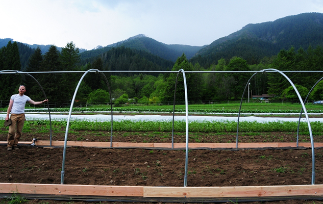 Hoophouse_construction_crop